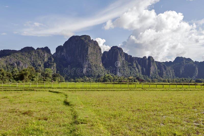 Горы известняка в Vang Vieng, популярном городке курорта в Лаосе стоковое фото