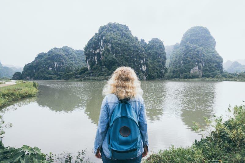 Горы известняка кавказской белокурой женщины обозревая в провинции Ninh Binh, Вьетнаме стоковая фотография rf