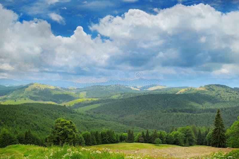 Горы и голубое небо стоковое изображение rf