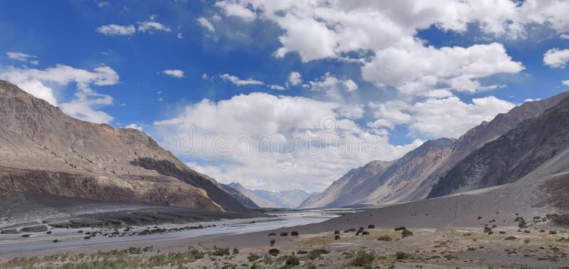 Горы и голубое небо стоковое изображение