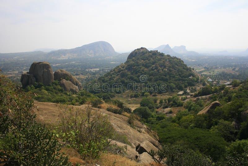 Горы и город за пределами стоковое фото rf