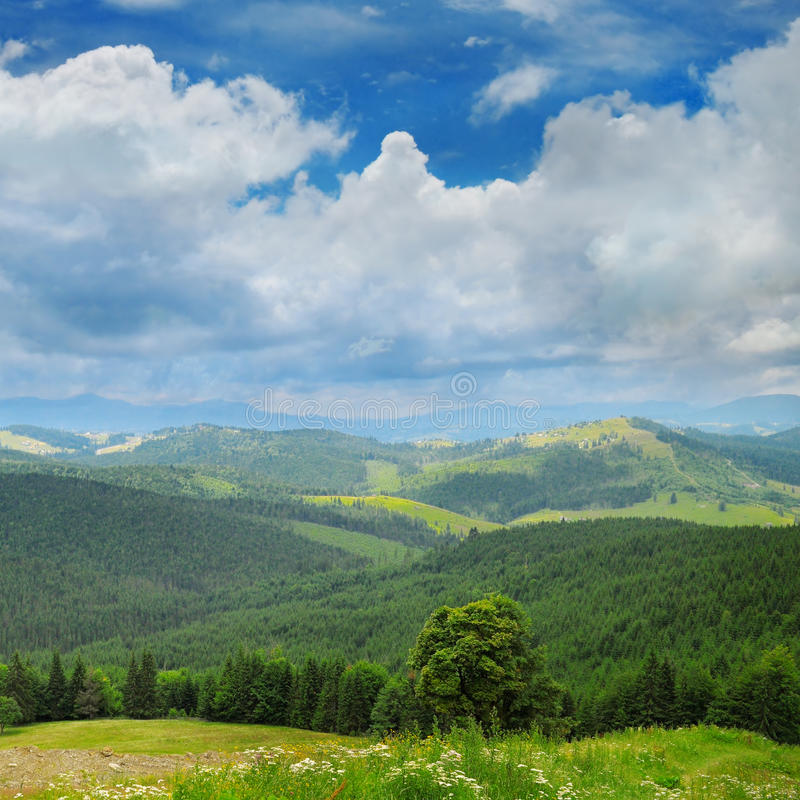 Горы и голубое небо стоковое фото