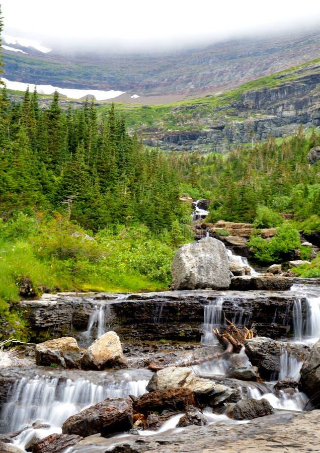 Горы и долины покрыты с туманом в национальном парке ледника стоковая фотография rf