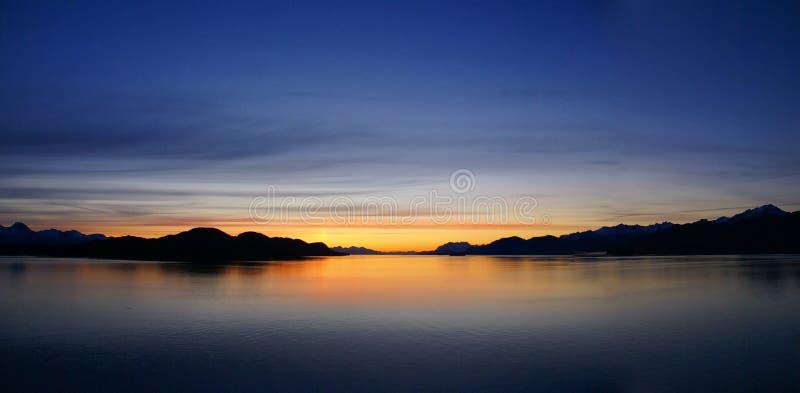Горы и море - заход солнца & alpineglow стоковые изображения rf