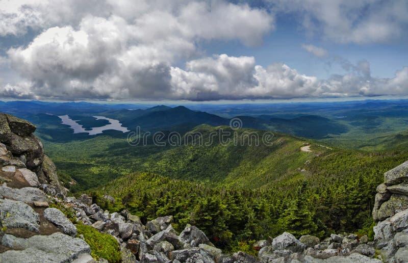Горы и облака Adirondack которые окружают Whiteface Mountai стоковое изображение