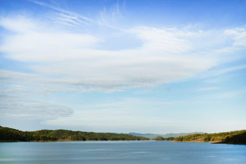 Горы и озера затишье очень красивое на лете стоковое изображение