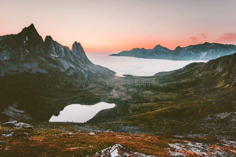 Горы и озеро благоустраивают воздушный взгляд захода солнца в Норвегии стоковые изображения rf