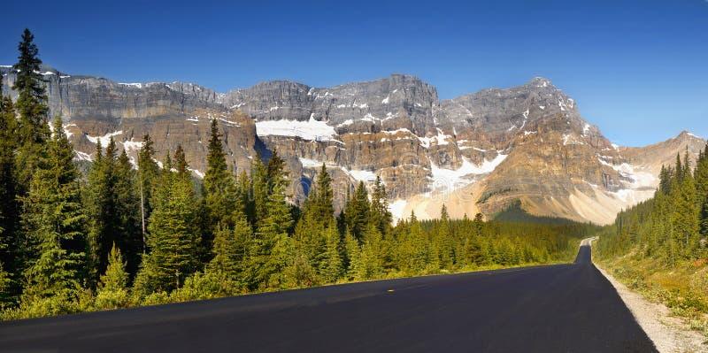 Горы и дорога стоковое фото rf
