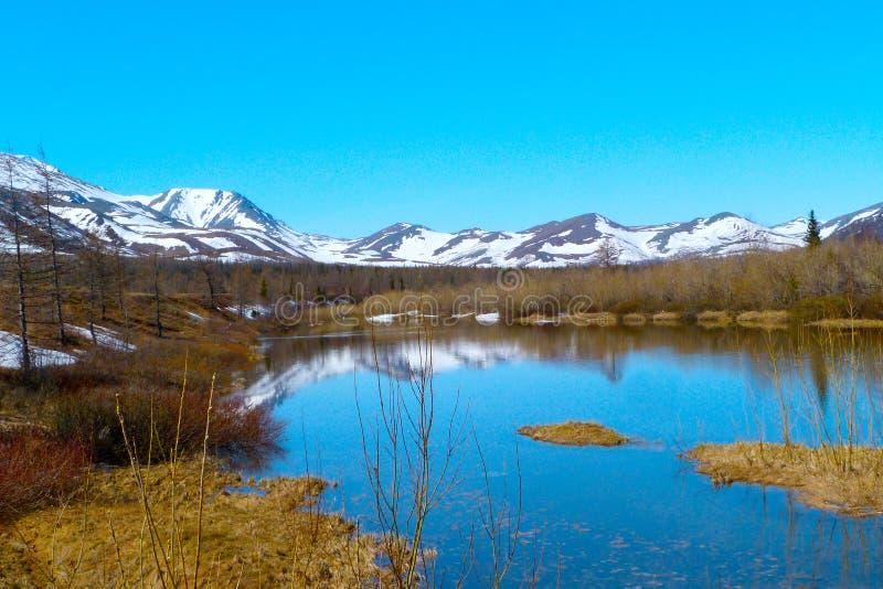 Горы и река стоковое изображение rf