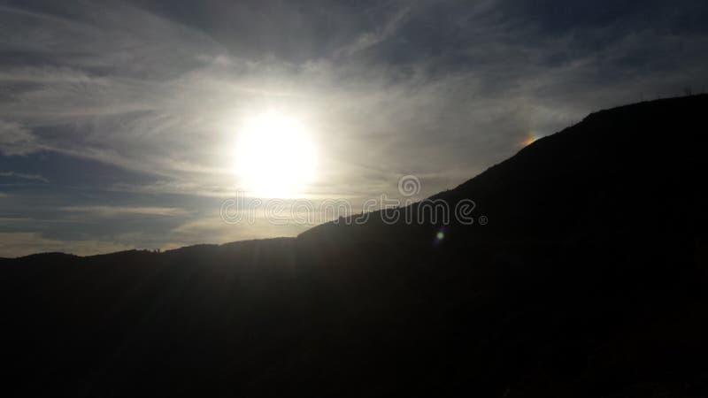 Горы и солнце стоковые фотографии rf