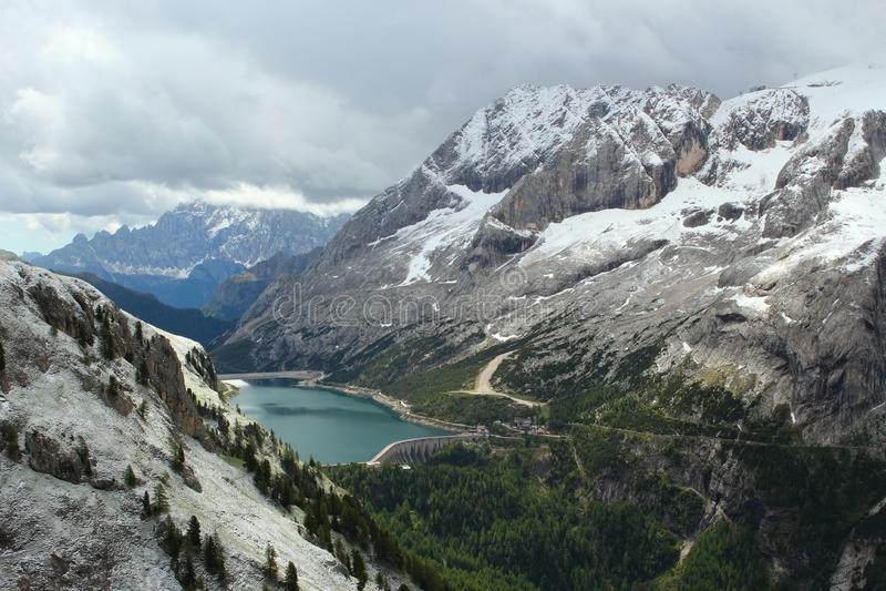 Горы и Lago Fedaia в доломитах - итальянские Альпы стоковые фотографии rf
