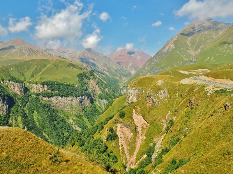 Горы Кавказа и грузинская воинская дорога стоковые изображения rf