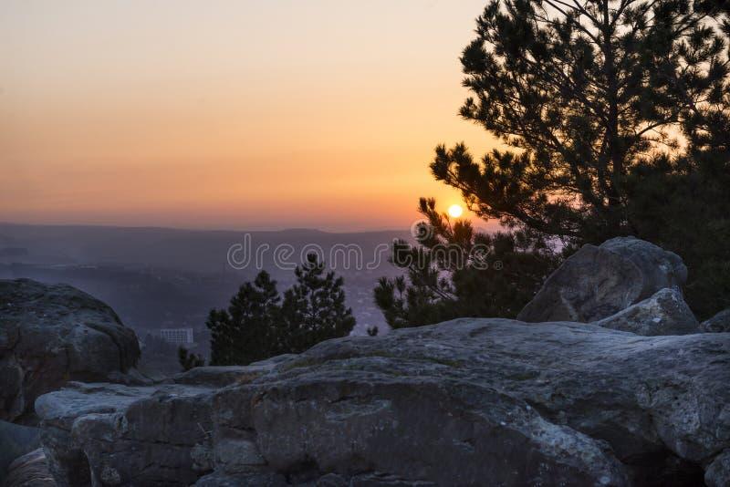 Горы Кавказа, Kislovodsk, заход солнца над долиной горы, камни стоковая фотография rf