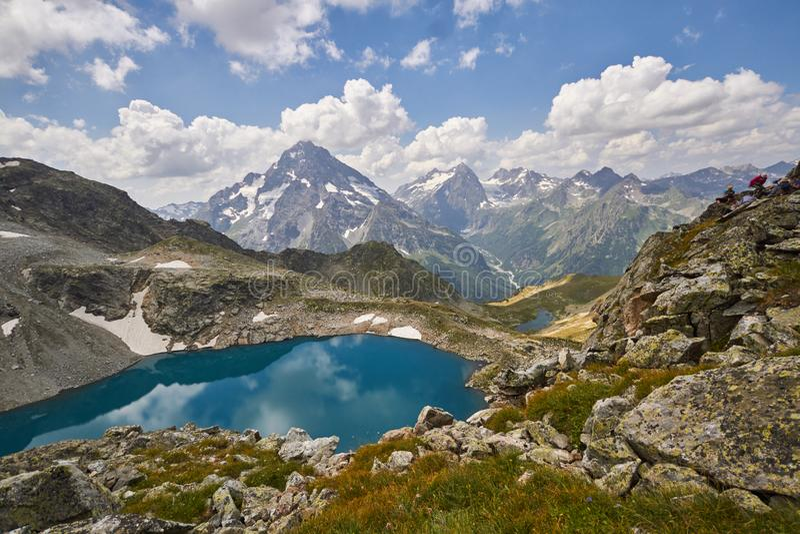 Горы Кавказ летом, плавить озера озера Arkhyz София гребня ледника Красивые высокие горы России, ясного льда стоковые изображения rf