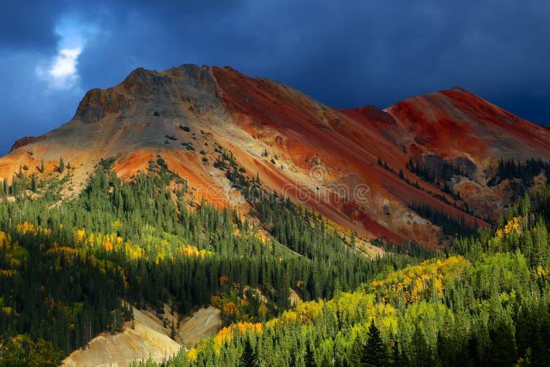 Горы Колорадо скалистые с осинами осени стоковая фотография