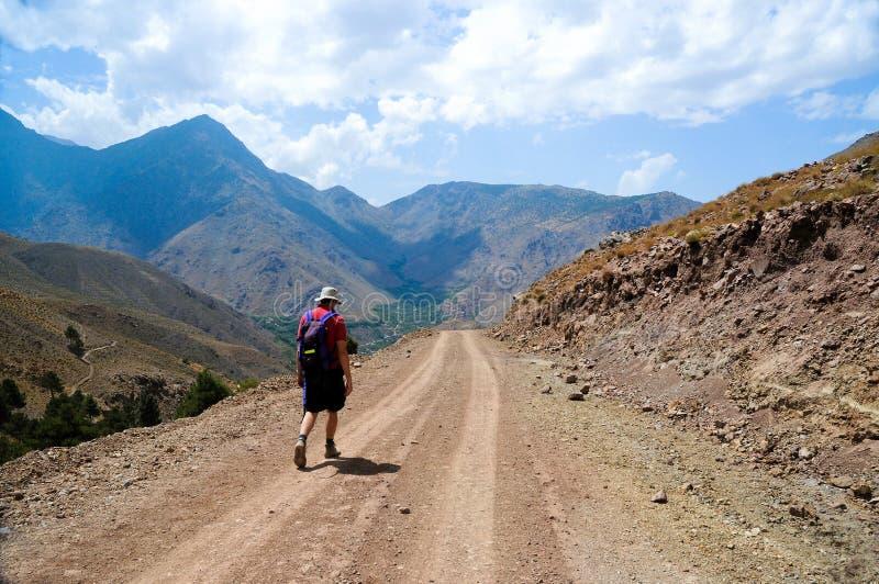 горы Марокко человека атласа укладывая рюкзак стоковые фото