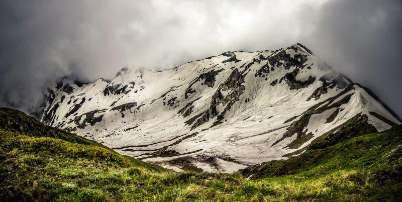 Горы между облаками стоковые изображения