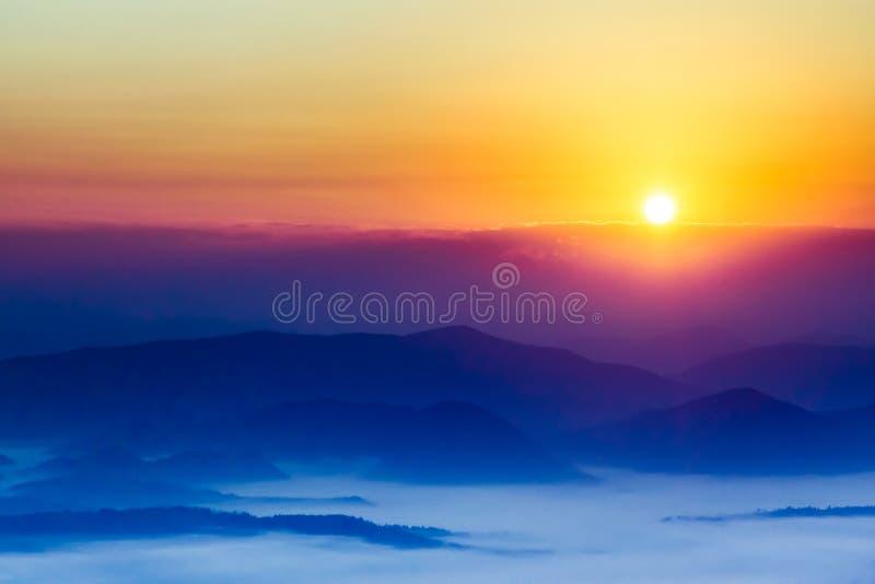 горы над восходом солнца стоковая фотография