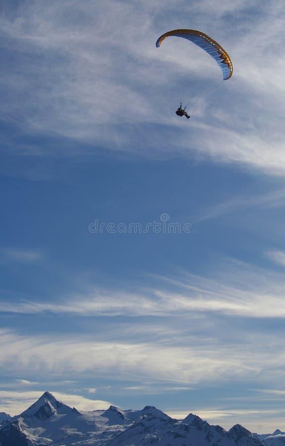 горы над paragliding стоковое изображение