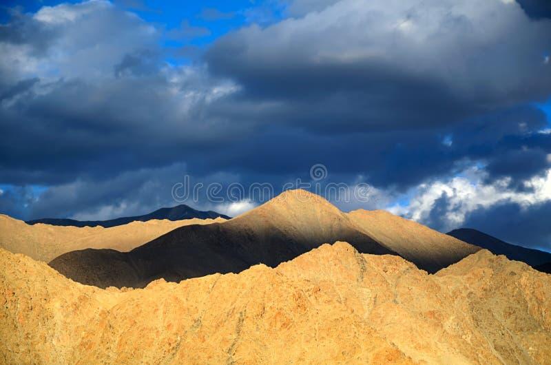 Горы на заходе солнца стоковые изображения rf