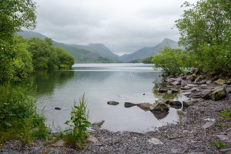 Горы озера и Snowdonia Llanberis на туманный день overcast стоковое изображение rf