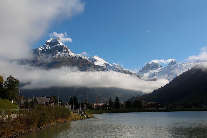 Горы, озеро и облака стоковые изображения rf
