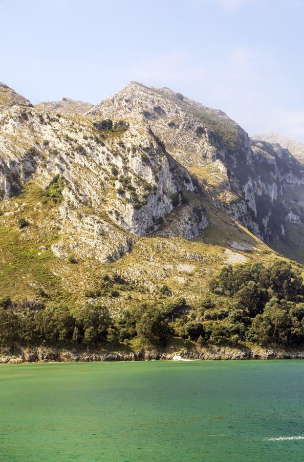 Горы около моря стоковая фотография rf
