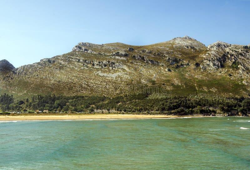 Горы около моря стоковая фотография