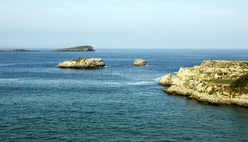 Горы около моря стоковые фотографии rf