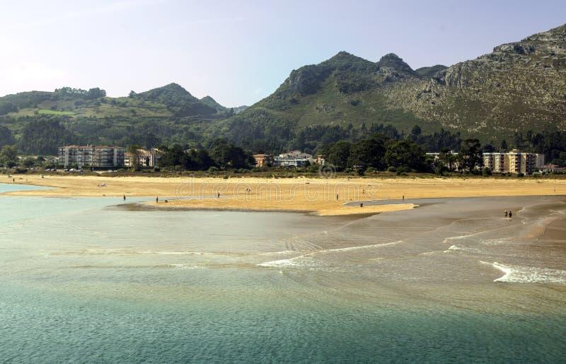 Горы около моря стоковое изображение