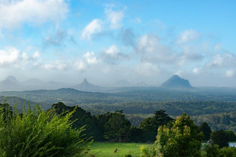 Горы дома Квинсленда австралийского пейзажа стеклянные стоковое изображение rf