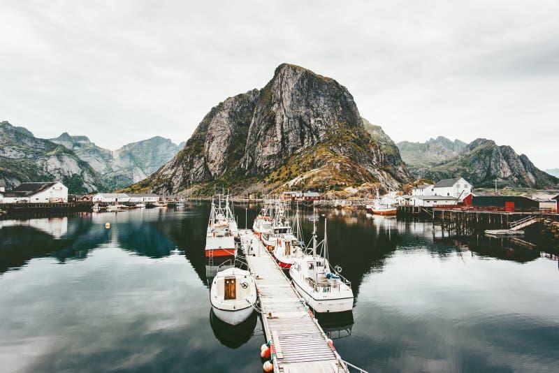 Горы островов Lofoten скалистые и шлюпки моря в Норвегии стоковое изображение