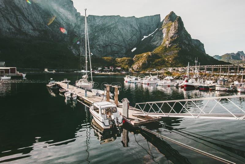 Горы островов Lofoten скалистые и шлюпки моря в Норвегии стоковые изображения