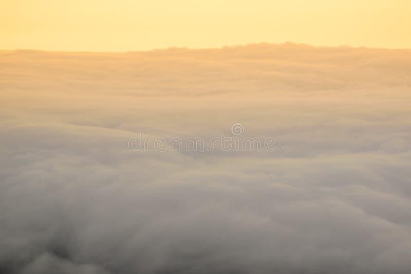 Горы пелены тумана стоковые фото