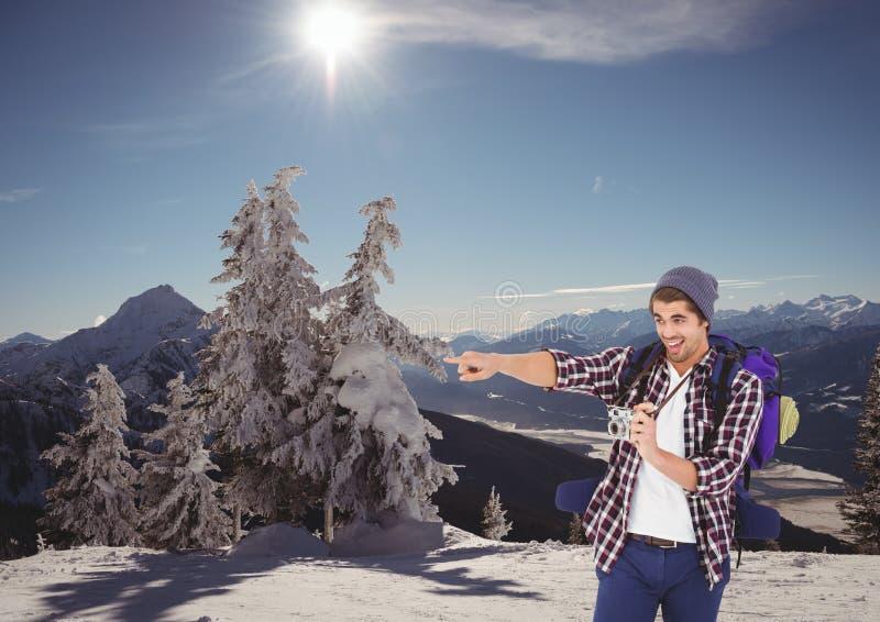 горы перемещения люди с крышкой камера в горе? стоковое фото