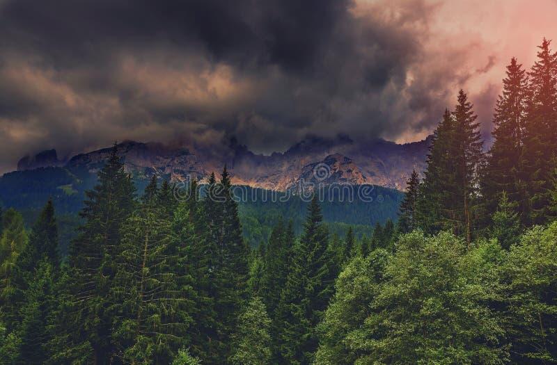 Горы перед штормом стоковое изображение rf