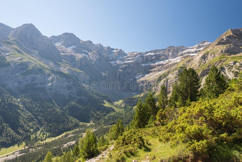 Горы Пиренеи с известным Cirque de Gavarnie стоковые изображения rf