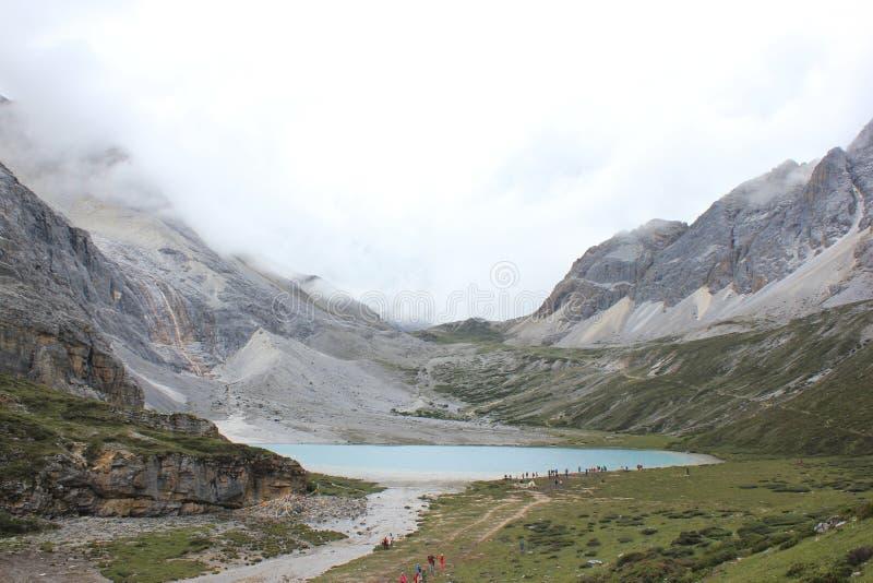 горы покрытые снегом и покрашенное море стоковые изображения