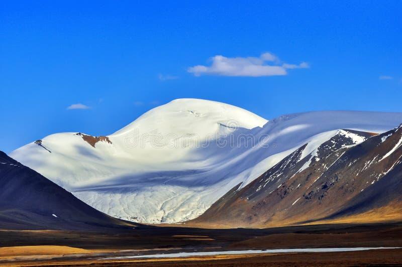 Горы покрытые снегом стоковые фотографии rf