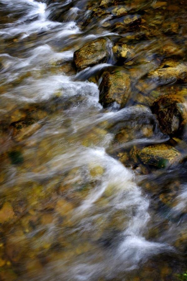 Горы потока реки пропуская стоковые изображения