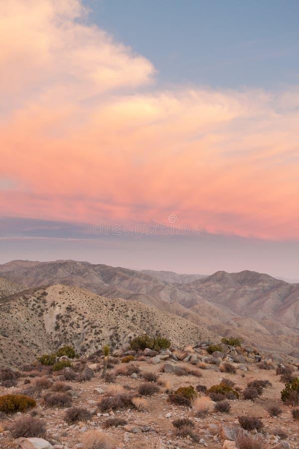 Горы пустыни с розовыми облаками стоковая фотография