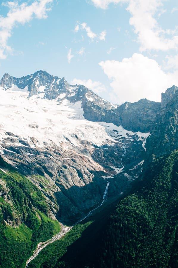 Горы северного Кавказа Dombai стоковые изображения