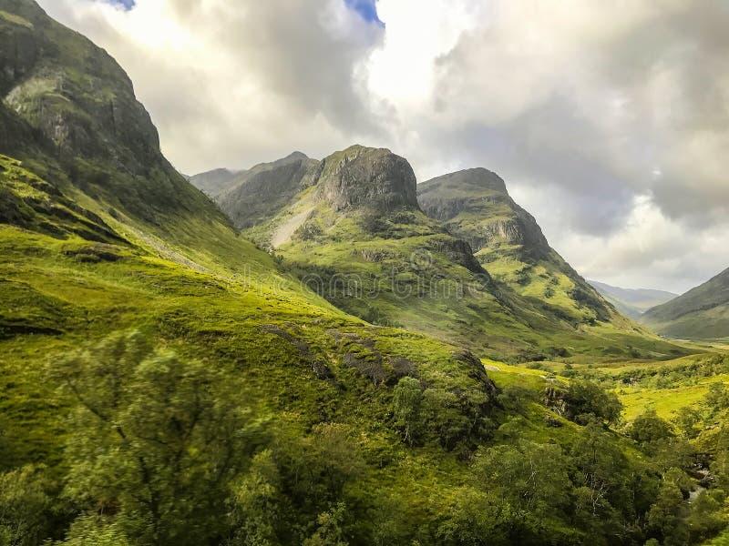 3 горы сестры в гористых местностях пейзажа Шотландии стоковые фотографии rf