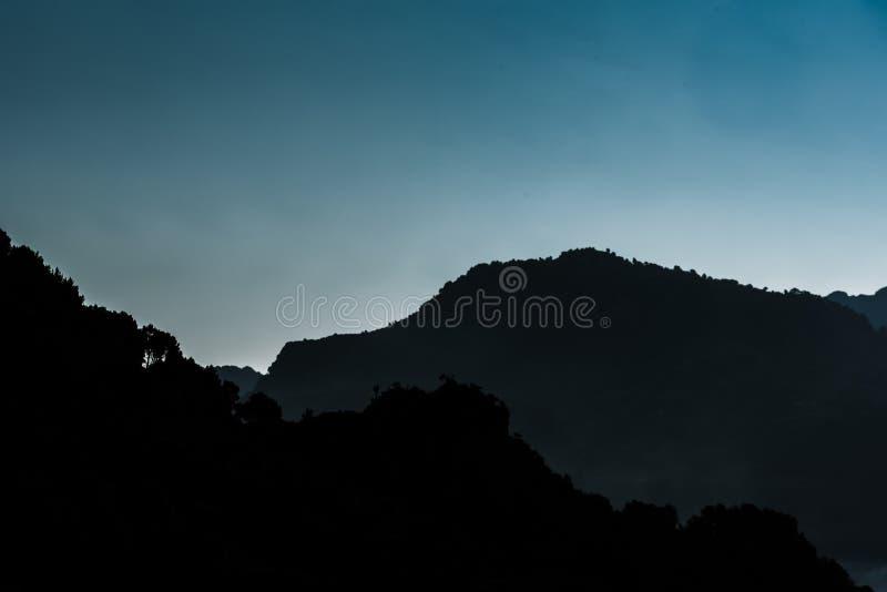 Горы силуэта Провансали стоковое фото