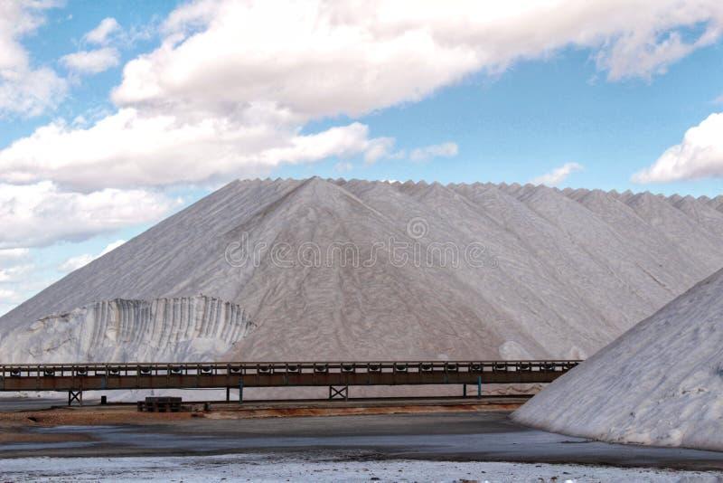 Горы соли под голубым небом стоковые фотографии rf