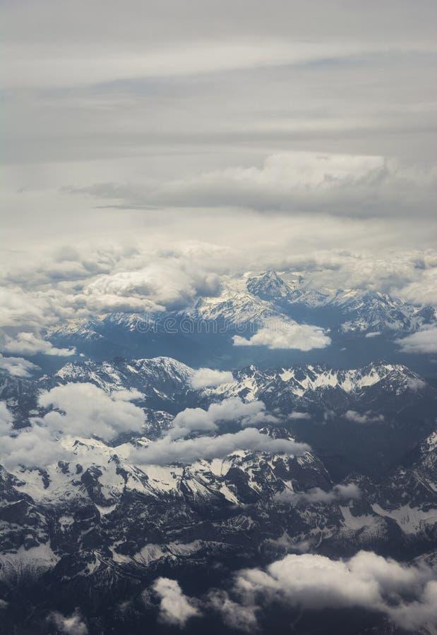 Горы с земли с облаками стоковая фотография