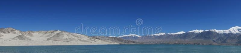 Горы с озером стоковые фото
