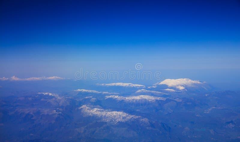 Горы с снегом - взглядом от плоского окна стоковые изображения rf