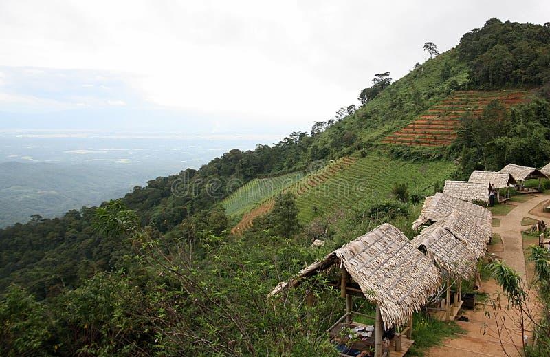 Горы с хатой в севере Таиланда стоковое фото rf