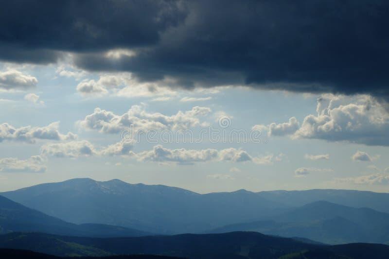 Download Горы стоковое фото. изображение насчитывающей небо, облака - 40582272